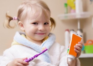 Dječje paste za zube imaju prilagođenu količinu fluora, ali i ugodan okus, kako bi se djecu privuklo na redovito pranje.